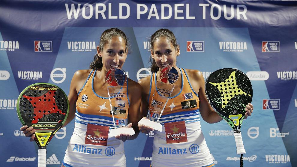 Mapi y Majo muerden sus trofeos a la manera de Rafael Nadal.