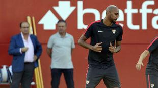 N'Zonzi se entrena con Castro y Caparrós al fondo.