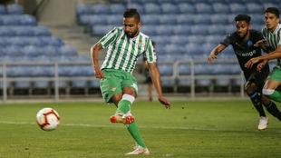 Boudebouz chuta un penalti en el duelo contra el Olympique de...