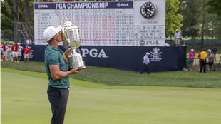 El golfista estaounidense Koepka besa el trofeo del PGA