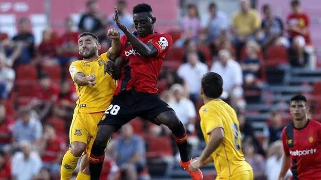 Iddrisu Baba disputa un balón aéreo en el partido ante el Alcorcón.