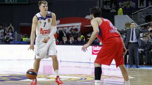 Luka Doncic, defendido por Milos Teodosic durante un Madrid-CSKA.