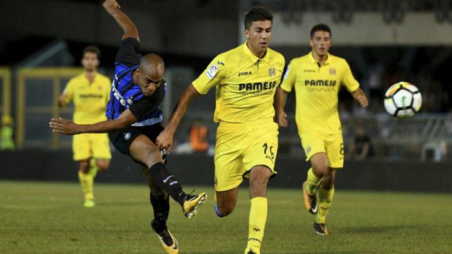 Joao Mario chuta a puerta en un Inter-Villarreal.