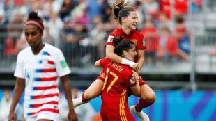 Claudia Pina abraza a Lucía García tras marcar el segundo gol de...