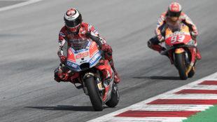 Lorenzo, con Márquez detrás.