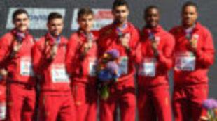 Los integrantes del relevo 4x400, en el podio con el bronce