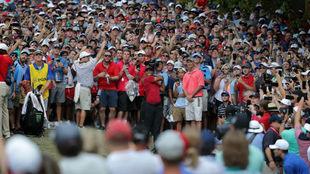 Tiger Woods, rodeado de aficionados, en la última jornada del PGA...