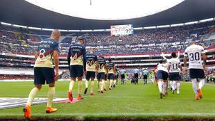 América y Pumas entrando a la cancha para los cuartos de final del...
