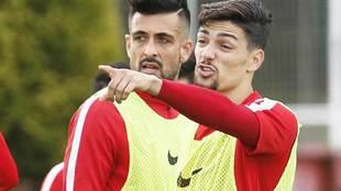 Barba señala durante un entrenamiento, junto a Álex Pérez