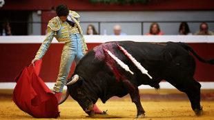 Castella, en un lance de la corrida de este lunes.