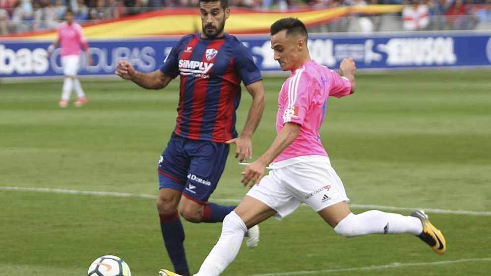Álvaro García centra ante Sastre en el Huesca-Cádiz de la pasada...