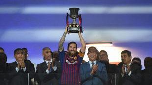 Messi levanta su primer título como capitán del Barça.