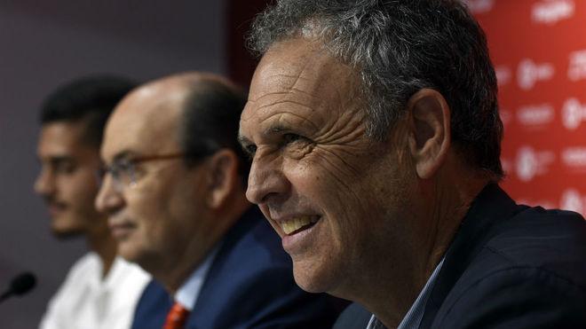 Caparrós, junto a Castro y a André Silva.