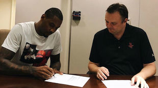 Carmelo Anthony firmando su contrato con los Houston Rockets