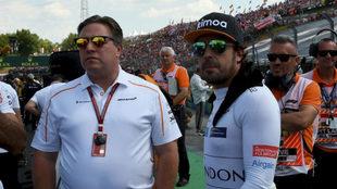 Zak Brown, con Fernando Alonso, durante un Gran Premio