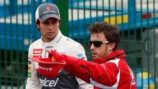 Alonso comparte consejos con Checo