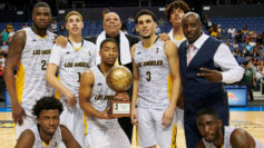 El equipo de Los Angeles Ballers posa con el trofeo de campeones de la...