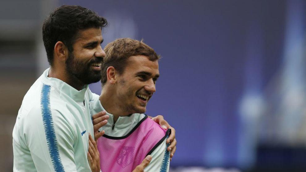 Diego Costa abraza a Griezmann durante el entrenamiento de ayer.