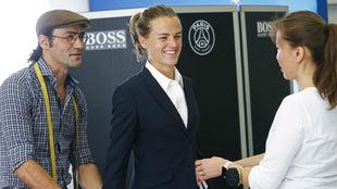 Irene Paredes probándose un traje oficial del PSG en pretemporada.