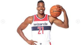 Dwight Howard posa como jugado de los Washington Wizards
