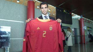 Ángel López posa con la camiseta de España.
