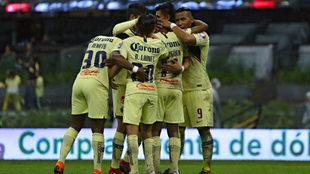 Los jugadores americanistas celebran un gol contra Monterrey.
