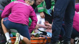De Bruyne recibe atención médica durante un partido de la temporada...