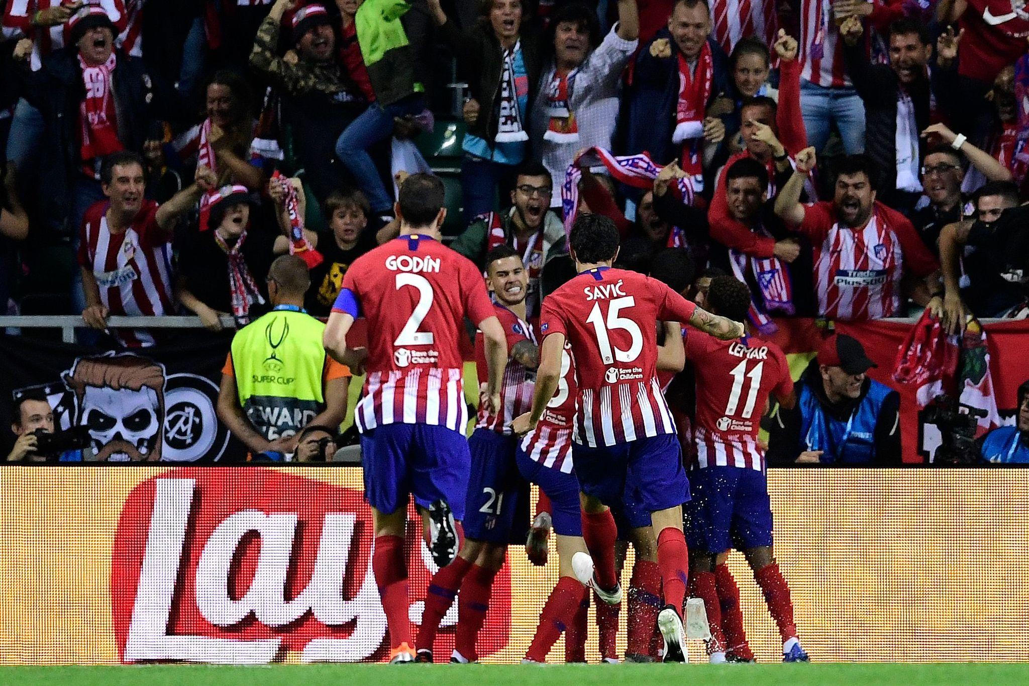 Los jugadores del Atlético se abrazan tras el gol de Diego Costa