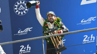 Alonso celebra en el podio el triunfo en las 24 Horas de Le Mans