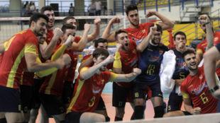 Los chicos de la selección celebran el triunfo sobre Grecia