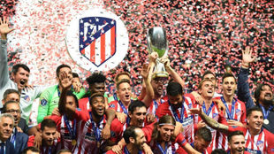 El Atlético de Madrid levanta la Supercopa de Europa.
