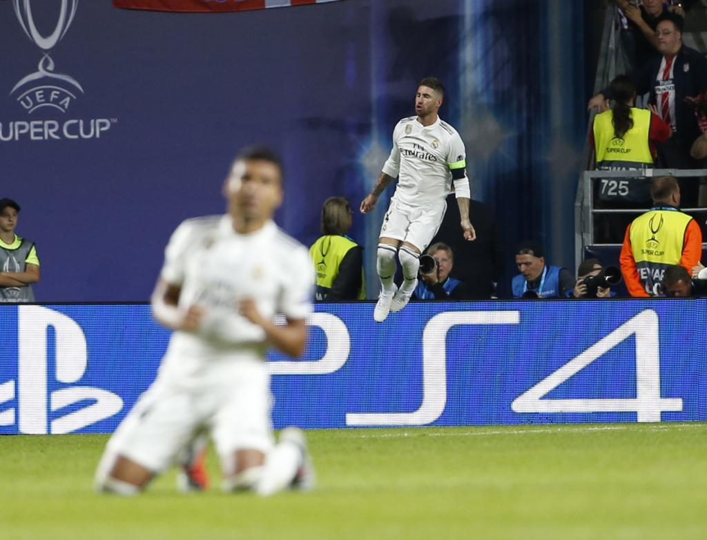 Casemiro, on his knees, couldn't watch the penalty.