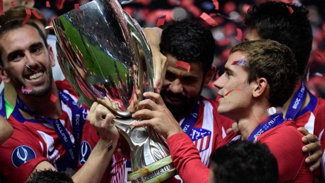 Godín, Diego Costa y Griezmann, con la Supercopa de Europa.
