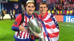 Théo Griezmann y Antoine Griezmann posando con la Supercopa