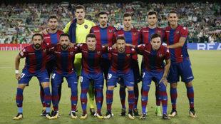 La formación del Levante que jugó la temporada pasada en el Benito...
