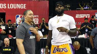 LeBron James, junto a su ya exentrenador Tyronn Lue.