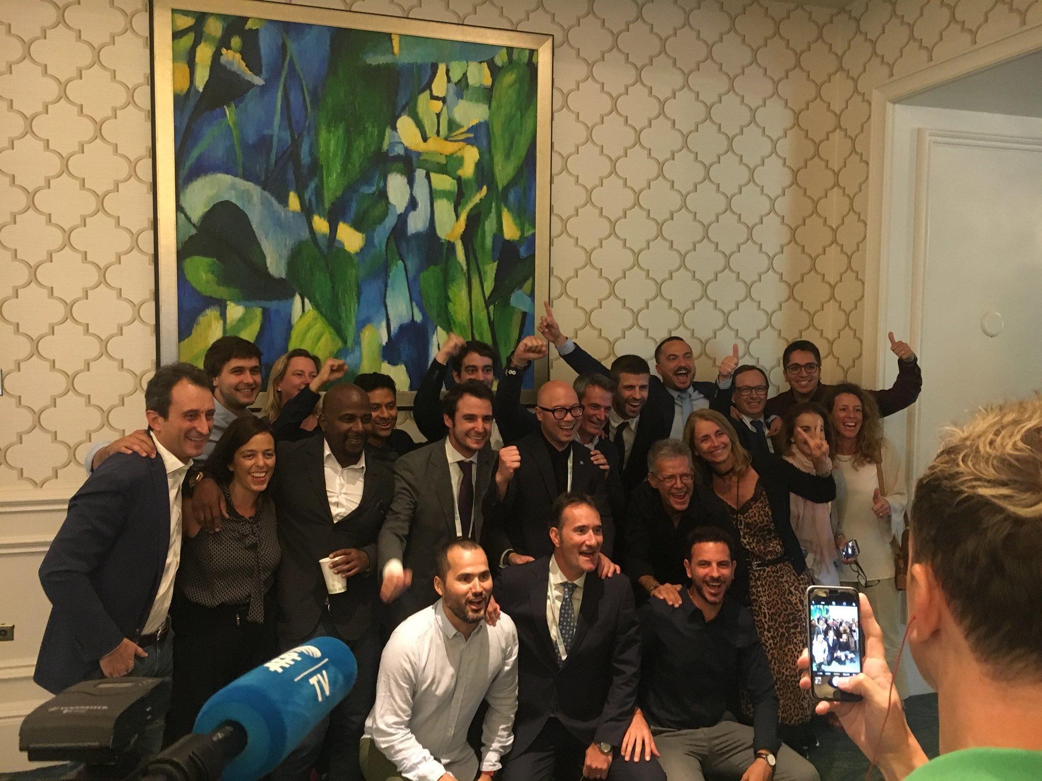 Piqué celebra la decisión con los miembros del equipo Kosmos