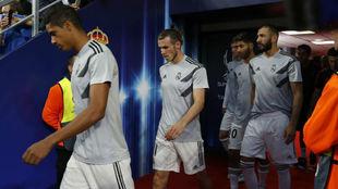 Varane, Bale, Benzema y Asensio, en el túnel de vestuarios de Tallin