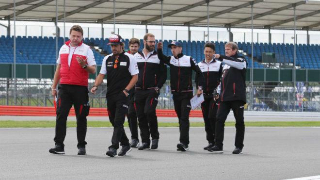 Alonso, con sus compañeros en Toyota, camina sobre el trazado de...