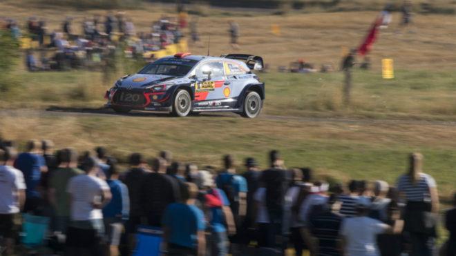 El piloto español con su i20 Coupé WRC.