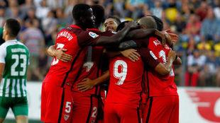 Los jugadores del Sevilla celebran uno de los cinco tantos conseguidos...