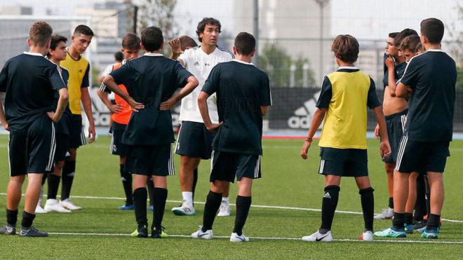 Raúl habla a sus futbolistas.