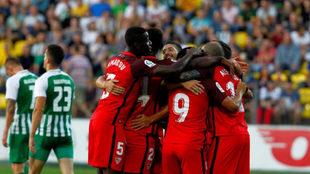 Los futbolistas del Sevilla celebran uno de los goles.