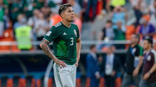 Carlos Salcedo, en un partido de la selección mexicana en el Mundial...