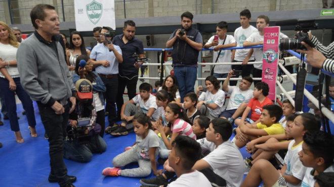 Julio Cpesar Chávez, en la plática con los niños.