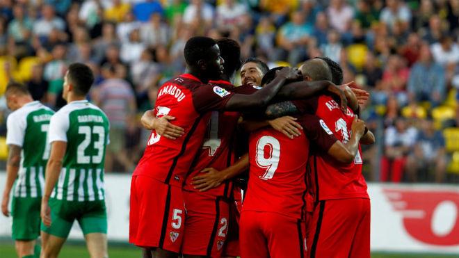 Los jugadores del Sevilla celebran un gol en Lituania.