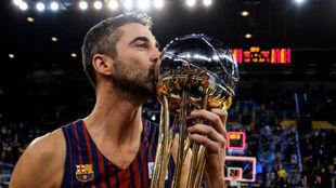 Navarro besa el que ha sido su último título, la Copa del Rey de...