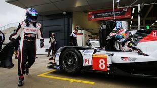 Fernando Alonso corre hacia el Toyota.