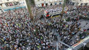 Aficionados del Elche celebran el ascenso a Segunda junto a su...