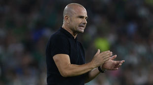 Paco López aplaude a sus jugadores en el Villamarín.